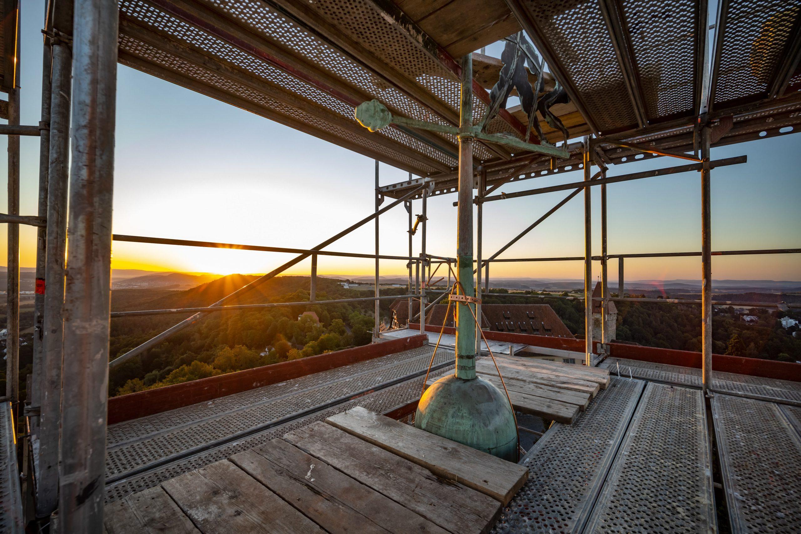 Wetterfahne des Roten Turms der Veste Coburg bei Sonnenaufgang